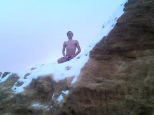 Сижу на снегу на горе и медитирую