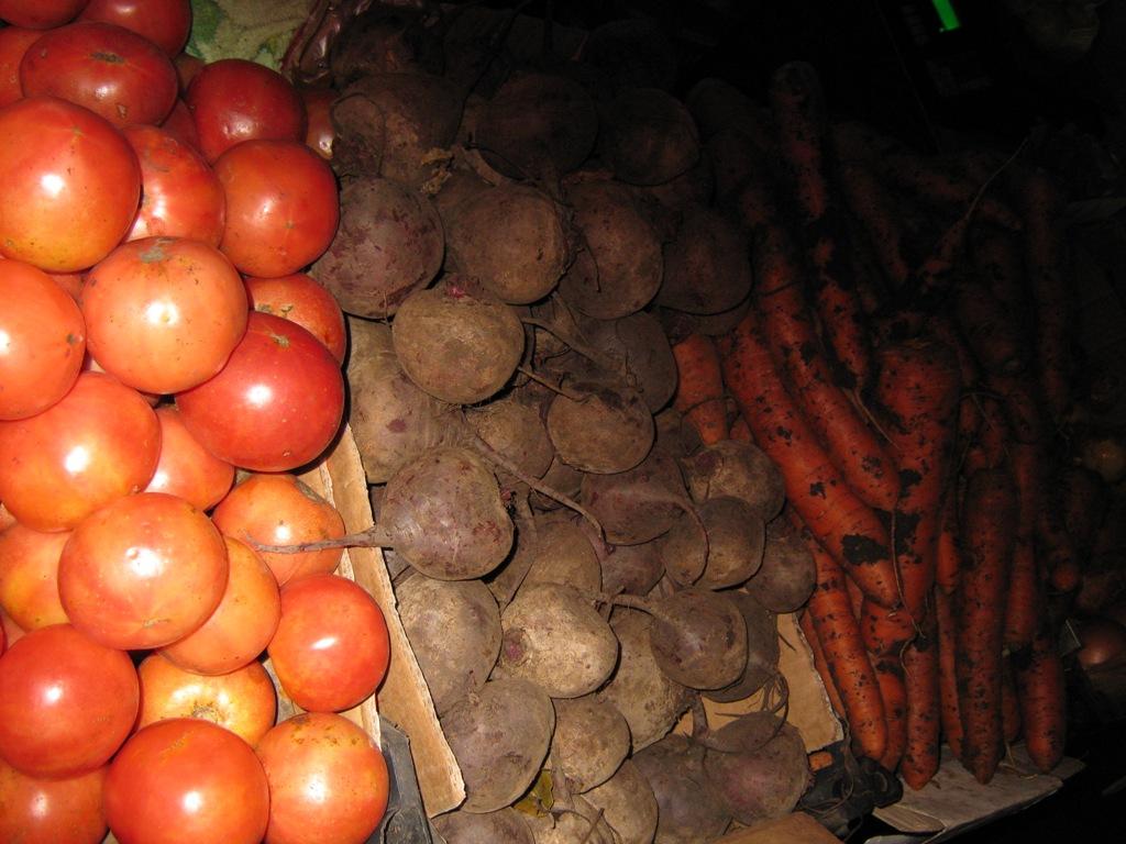 Полезные овощи. Помидор, буряк, морковка, лук.