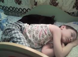 Ребенок спит с котом, child and cat in the bed
