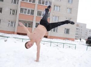 Воздушное закаливание организма, стояние на одной руке на снегу.