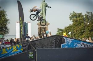 Десятка самых экстремальных видов спорта, прыжки на велосипедах.