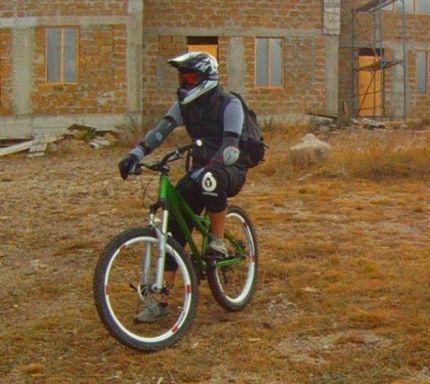 Велосипедная защита, самый опасный вид спорта, закрытый велосипедный шлем.
