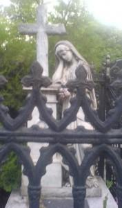 Как поминать усопших, статуя девы Марии на кладбище.