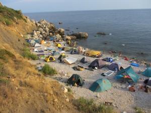 Как ночевать на диком пляже, палаточный городок на пляже.