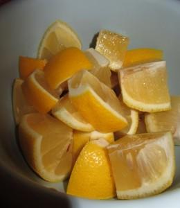 Кайпиринья с лимоном, режем лимон для кайпириньи.