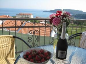 клубника цветы и шампанское эдет вас на хорошей вписке, путешествуем красиво.