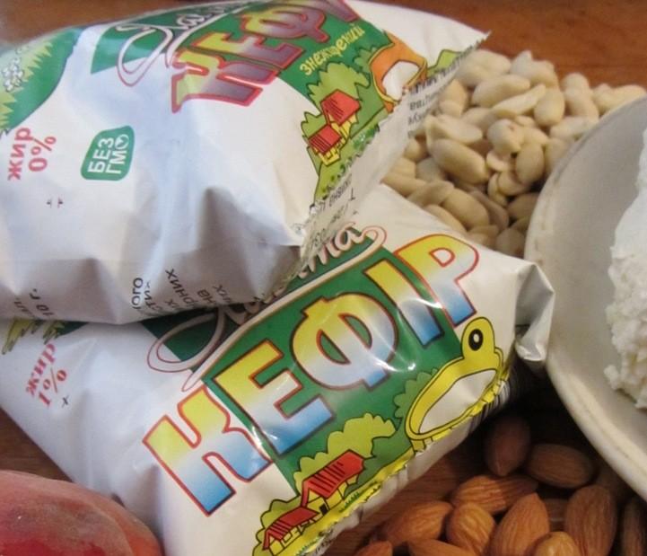 можно есть перед сном творог, кефир, орехи, арахис, и немного фруктов.