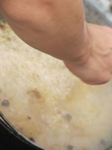 Варим рис для плова на костре,