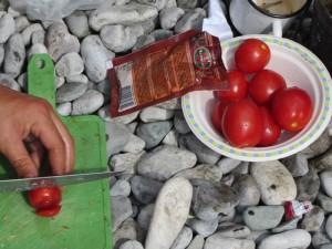 Овощи для плова на костре, помидоры для плова на костре.
