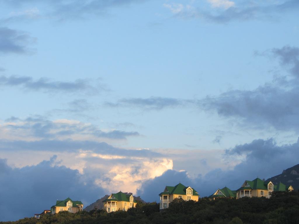 Красивые частные дома и гостиницы на Форосе.