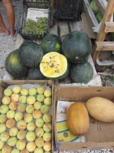 необычные фрукты в Крыму, желтый арбуз крым.