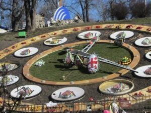 Цветы в виде пасхальных яиц на майдане в Киеве фото