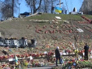 героям слава написано на майдане независимости цветами