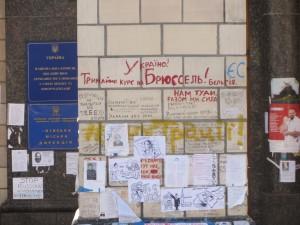 изображения Гитлера на стенах на майдане независимости в Киеве фото