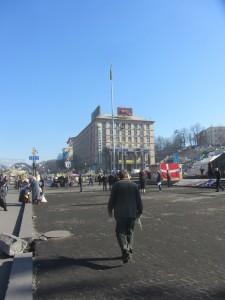 полностью вырванная тротуарная платна в Киеве на майдане независимости фото