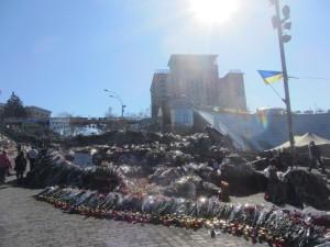 цветами в честь погибших героев киеве