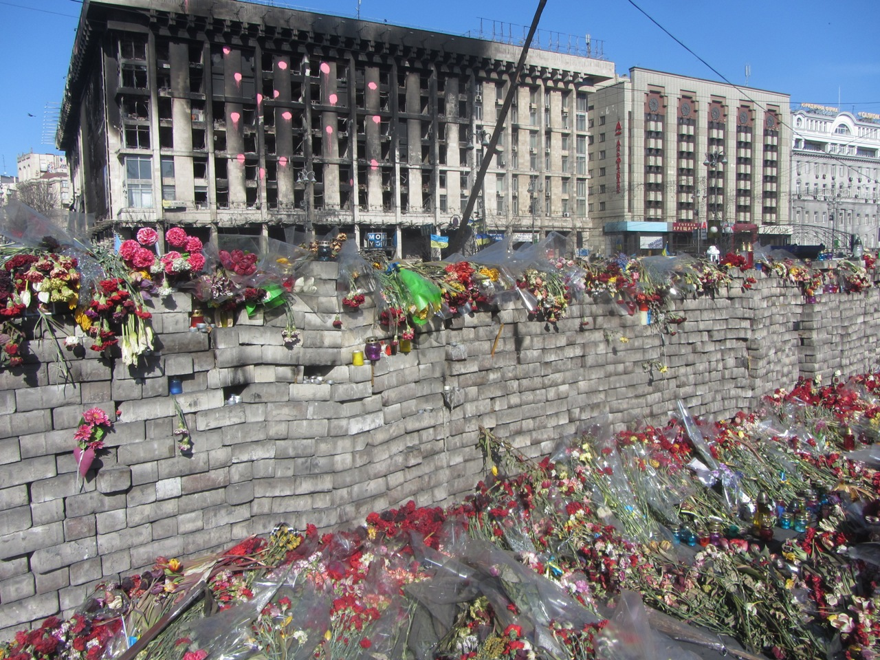 Цветы в честь погибших за народную революцию
