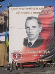 плакаты Бендеры на крещатике в Киеве.