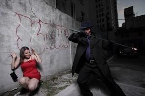 Злодей нападает на испуганную девушку в темном переулке.