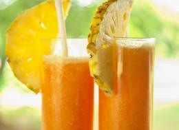 Что лучше пить летом в жару, Сколько надо пить летом, Что лучше пить в жару, Можно ли пить в жару холодные напитки, Что нельзя пить на жаре, Можно ли пить алкоголь на жаре.