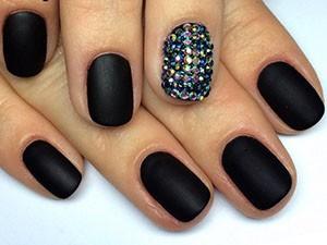 Красивый маникюр с черным лаком на короткие ногти фото