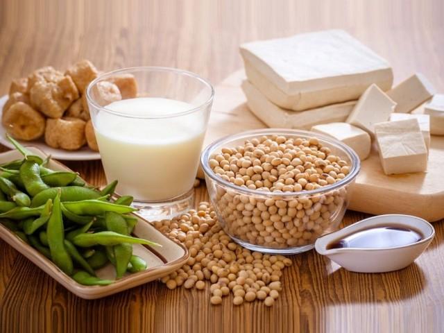 польза и вред сои, полезна ли соя, что содержится в сое, содержание белков в сое, соевые бобы содержат, содержащийся в сое, продукты из сои, соевые продукты, соевое мясо, настоящий соевый соус, соевое молоко, польза соевых продуктов, сыр Тофу, соевая мука, полезные свойства сои, кому полезна соя, вред сои, сою не рекомендуют, аллергия на сою, чем вредна соя