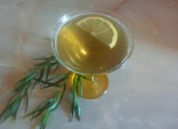 napitok tarhun v bokale s limonom